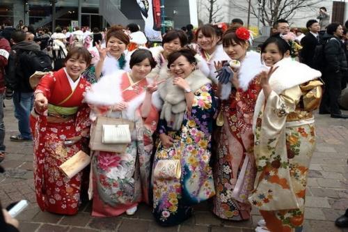 Wanita Jepang memakai kimono jalan kaki
