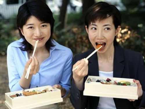 Wanita Jepang makan sambil duduk