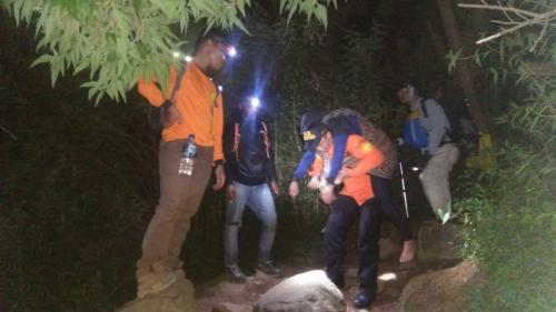 Tim SAR gabungan mengevakuasi pendaki asal Bogor yang jatuh di Gunung Sindoro. (dok Basarnas Jateng)