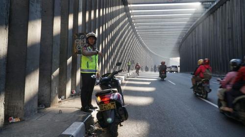 Polisi tertibkan pemudik yang kerap berhenti sejenak untuk berfoto di terowongan Nagreg saat musim mudik. (Foto : Ist)