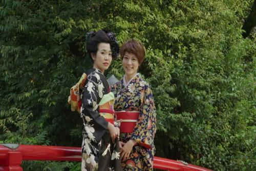 Wanita Jepang menangkal stres dengan jalan jalan
