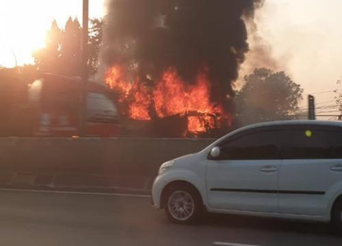 Bus terbakar di tol arah Cengkareng. (Foto: Twitter @renisuzana1)