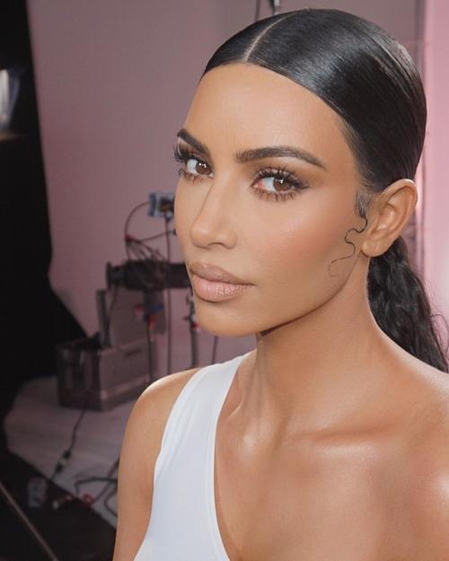 Kim Kardashian lagi-lagi tampil tanpa bra. (Foto: Instagram)