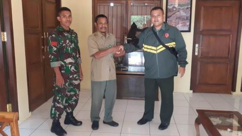 Peduli Kelesatrian Satwa, Prajurit Korem 152/Bbl Serahkan Satwa Langka Monyet Sulawesi ke BKSDA. (Dispenad)
