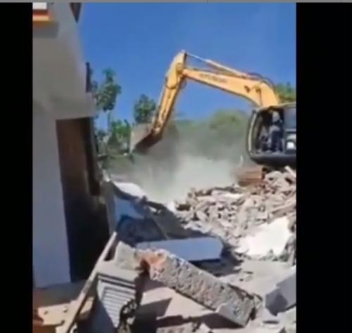 Viral video rumah dirobohkan di Donomulyo, Malang. (Instagram)