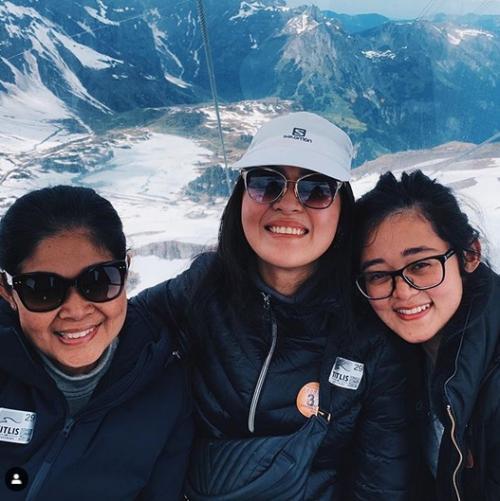 Tiga perempuan liburan