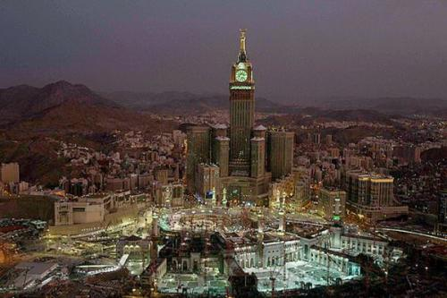 Tower Zamzam terlihat saat malam hari