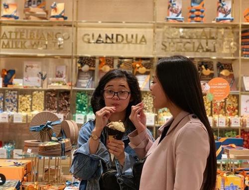 Dua perempuan makan es krim