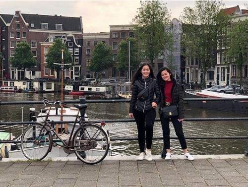 Dua perempuan liburan