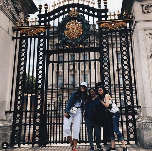 Tiga perempuan di depan istana