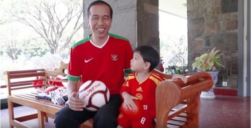Jokowi dan Jan Ethes. (Foto: Youtube Jokowi)