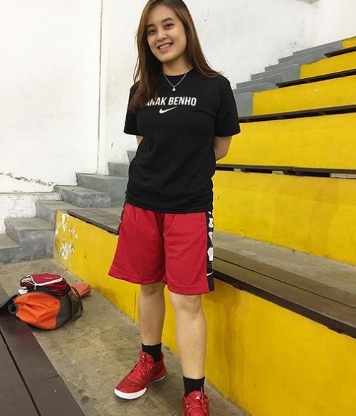 Perempuan memakai baju sporty