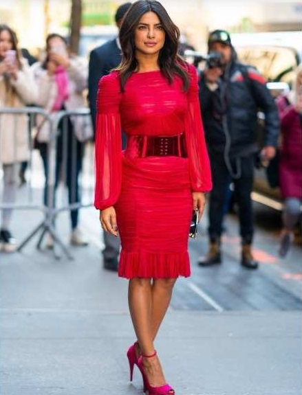 Perempuan pakai baju merah