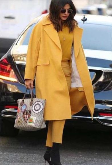 Perempuan pakai baju kuning