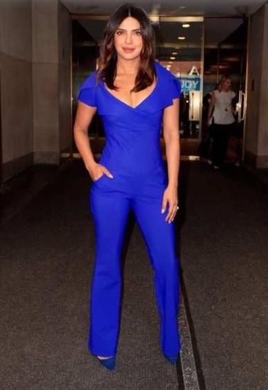 Perempuan pakai baju biru