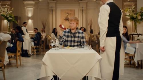 Pria memegang botol saus tomat
