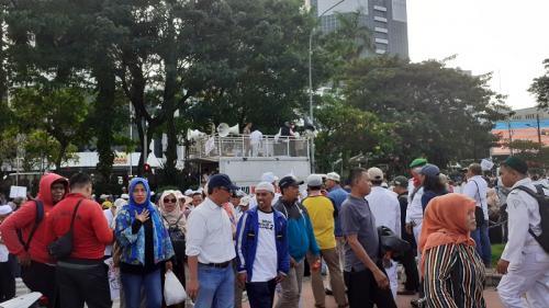 Massa aksi kawal sidang sengketa Pilpres 2019 berangsur membubarkan diri usai melakukan aksi di kawasan Patung Kuda, Jakarta, Selasa 18 Juni 2019. (Foto : Sarah Hutagaol/Okezone)