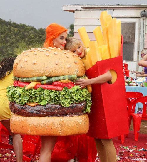 Setelah perseteruan panas selama ini, Katy Perry dan Taylor Swift berbagi pelukan hangat dalam You Need to Calm. (Foto: Instagram)