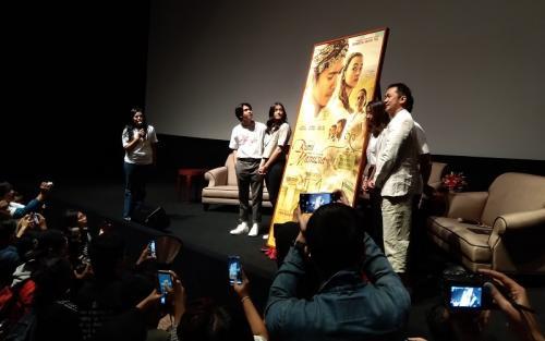 Hanung Bramantyo dan dua aktor utama film Bumi Manusia menghadiri event perilisan poster film tersebut. (Foto: Okezone/Ady Prawira Riandi)