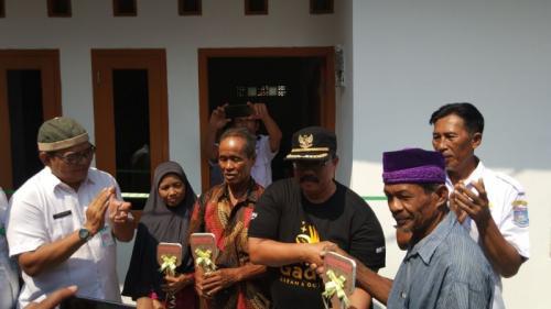 Kisah Haru Kakek Penjual Es di Tangsel saat Rumah Reotnya Dipugar Jadi Layak Huni (foto: Hambali/Okezone)