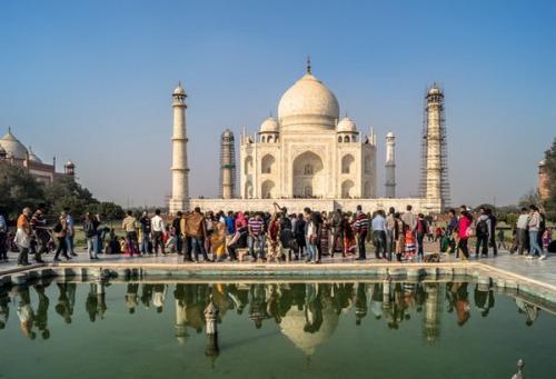 Para wisatawan di Taj Mahal India