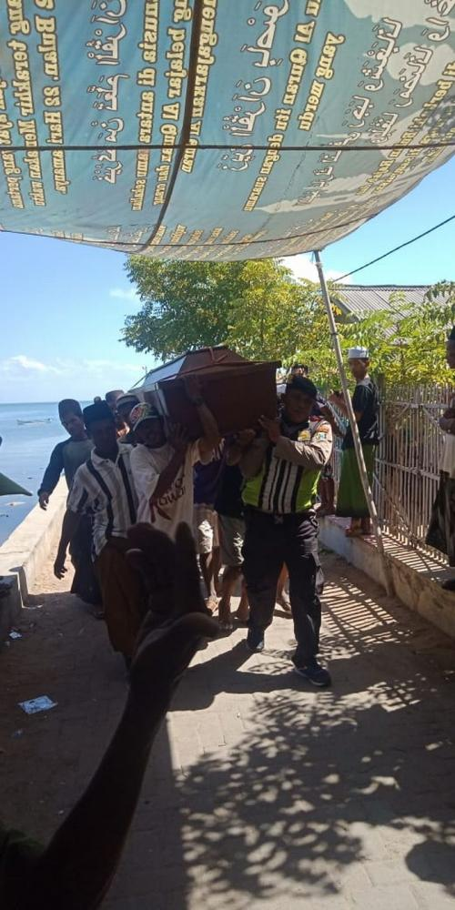 Jenazah Korban Kapal Tenggelam Tiba di Raas-Sumenep untuk Dimakamkan (foto: Syaiful Islam/Okezone)