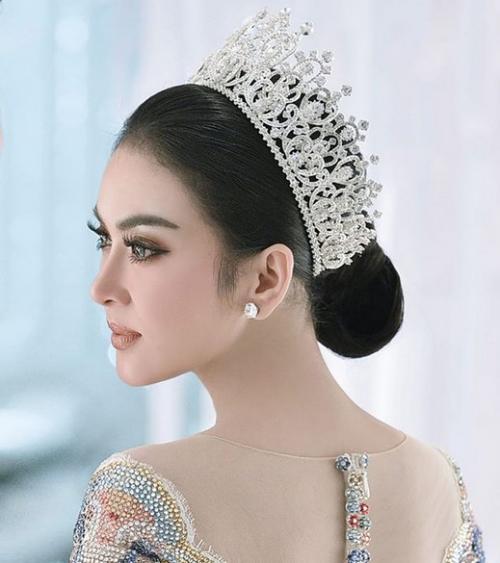 Perempuan memakai tiara