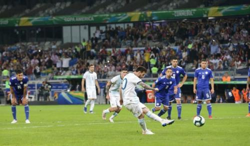 Lionel Messi mengeksekusi penalti di laga Argentina vs Paraguay