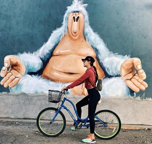 Perempuan naik sepeda