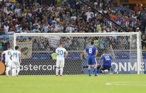 Eksekusi Penalti Derlis Gonzalez sanggup dimentahkan Franco Armani (Foto: Argentina/Twitter)
