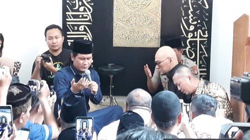 Deddy Corbuzier mengucapkan dua kalimat syahadat di Masjid Al Mbejaji, Sleman. (Foto: Okezone/Kuntadi)