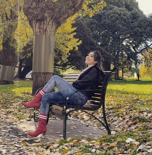 Perempuan duduk di kursi
