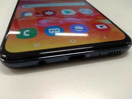 Galaxy A70 mengusung fitur fast charging dan tiga buah kamera yang disematkan di bodi belakang.