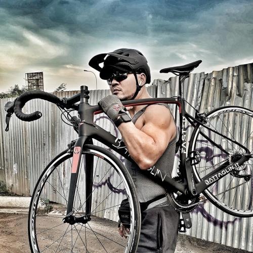 Deddy Corbuzier mengangkat sepeda