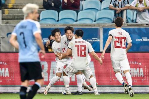 Timnas Jepang melakukan selebrasi saat menghadapi Uruguay