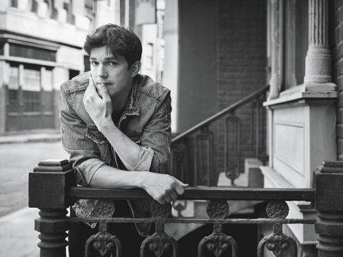 Seperti sang istri, Ashton Kutcher juga ternyata seorang pencinta games. (Foto: W Magazine)