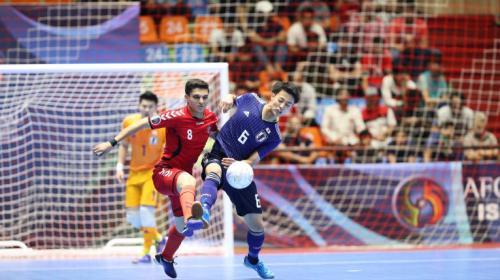 Pemain Afganistan ingin merebut bola dari pemain Jepang (Foto: AFC)