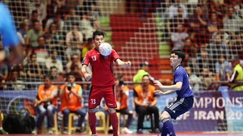 Pemain Jepang ingin merebut bola dari pemain Afganistan (Foto: AFC)