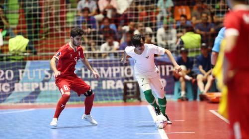 Pemain Indonesia mencoba melewati pemain Iran (Foto: AFC)