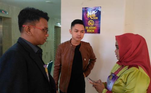 Abi KDI (tengah) saat menemui dua peserta audisi KDI 2019 asal Makassar. (Foto: Okezone/Herman Amiruddin)