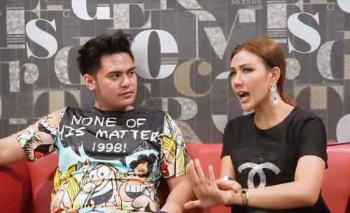 Rey Utami saat mewawancarai Galih Ginanjar dalam video berjudul Galih Ginanjar Bicara Masa Lalu. (Foto: YouTube)