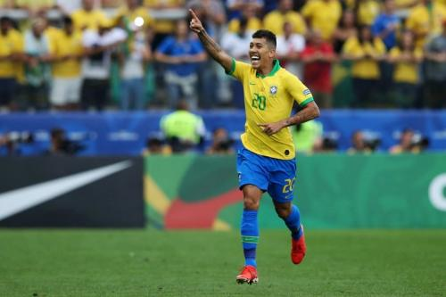 Selebrasi Firmino saat mencetak gol untuk Timnas Brasil