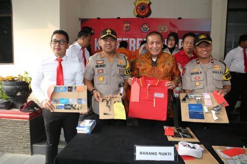 Polres Bogor konpers penangkapan 11 perampok spesialis minimarket yang kerap beraksi gunakan senpi. (Putra Ramadhani Astyawan/Okezone))