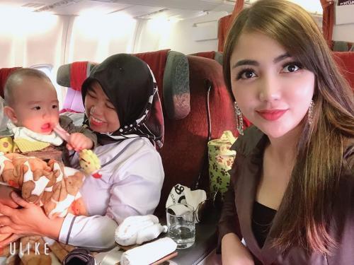 Bella Shofie di pesawat