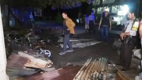 Massa blokade jalan di Sorong