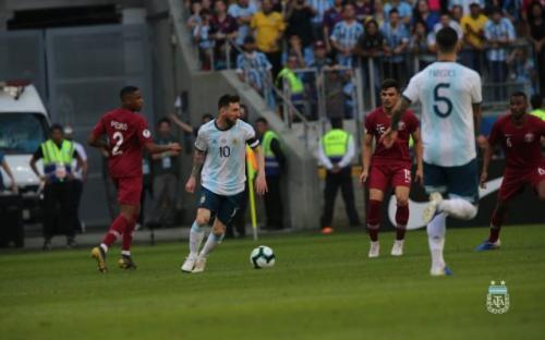 Messi saat dihadang pemain Qatar