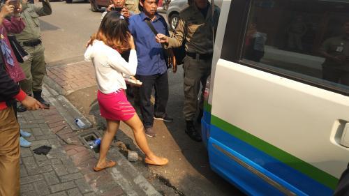 Satpol PP Kota Tangsel Menggerebek Panti Pijat Plus-Plus (foto: Hambali/Okezone)