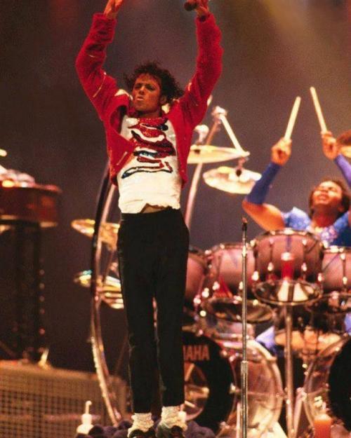 Jonathan 'Sugarfoot' Moffet saat mengiringi pertunjukan Michael Jackson. (Foto: Instagram/@jmoffettmjm)