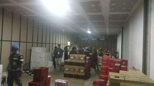Petugas Gabungan Gerebek dan Segel Gudang Penyimpanan Miras Impor di Tangsel (foto: Hambali/Okezone)