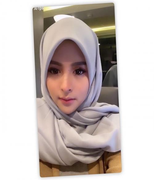 Pakai hijab abu-abu wajahnya Thya Sethya terkesan imut